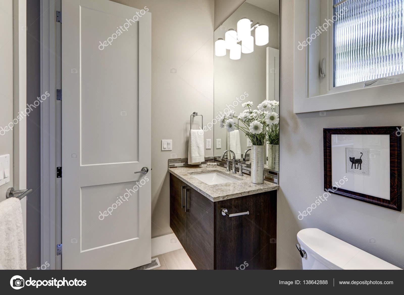Huis Donker Hout : Licht grijze badkamer interieur in luxe huis u stockfoto