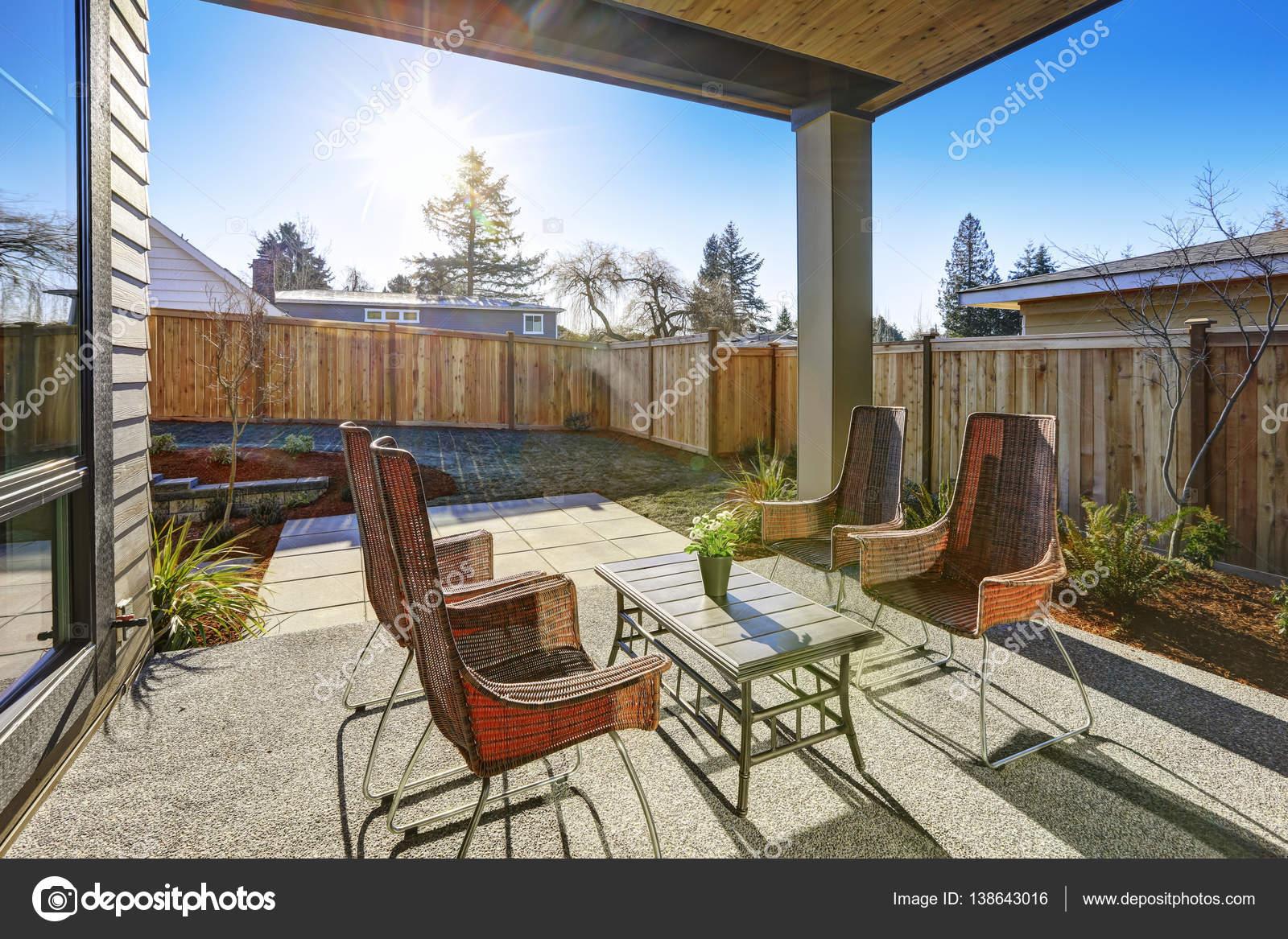 Hinterhof bedeckt Terrasse Design mit hohem Rücken ...