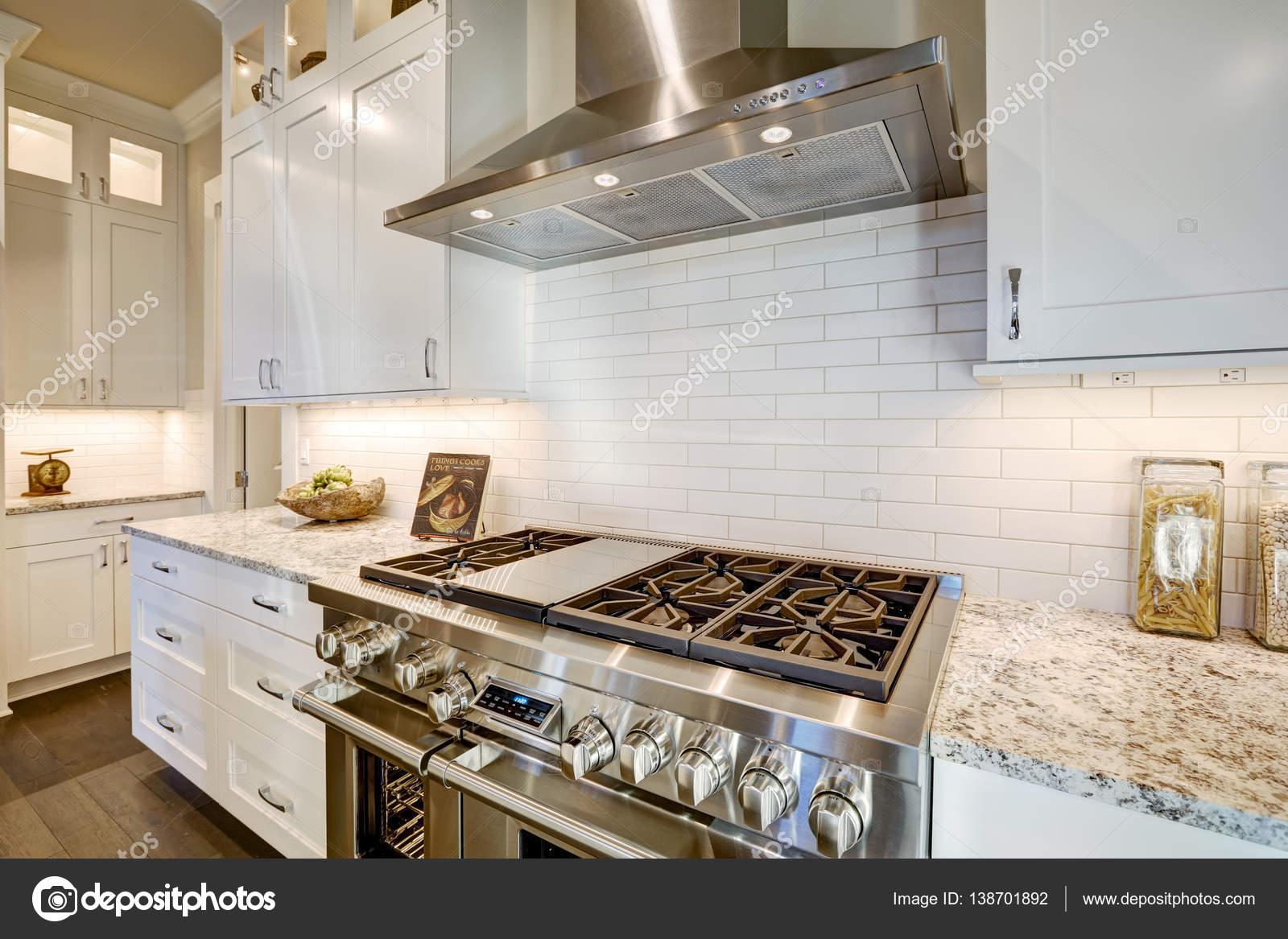 Bella cucina dispone di un angolo riempito con piano cottura in ...