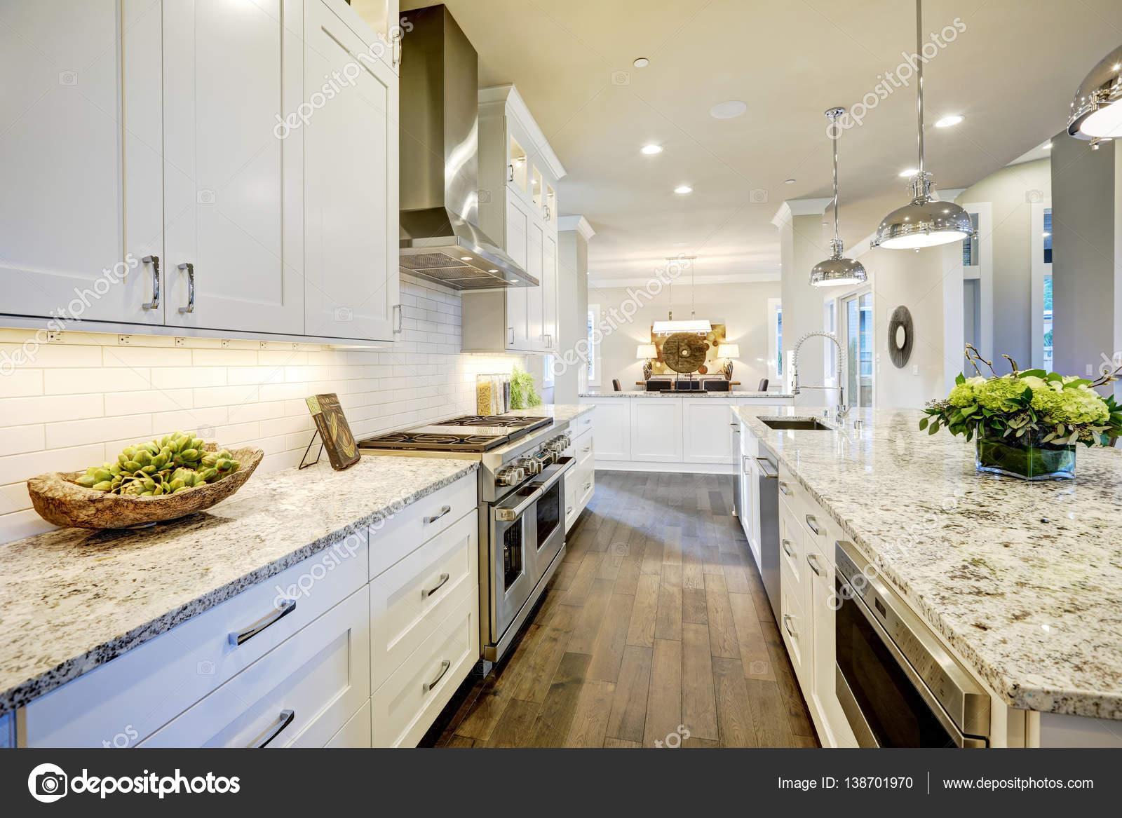 Weiße Küchendesign in neues luxuriöses Zuhause — Stockfoto ...