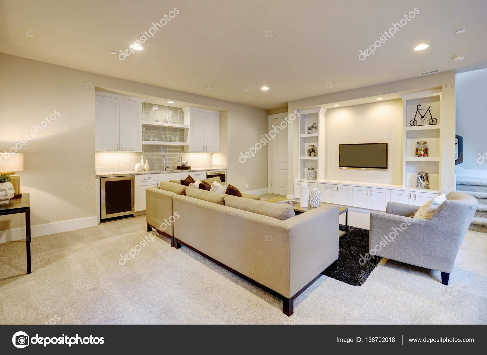 Schicke Keller Wohnzimmer mit Bartresen — Stockfoto © iriana88w ...