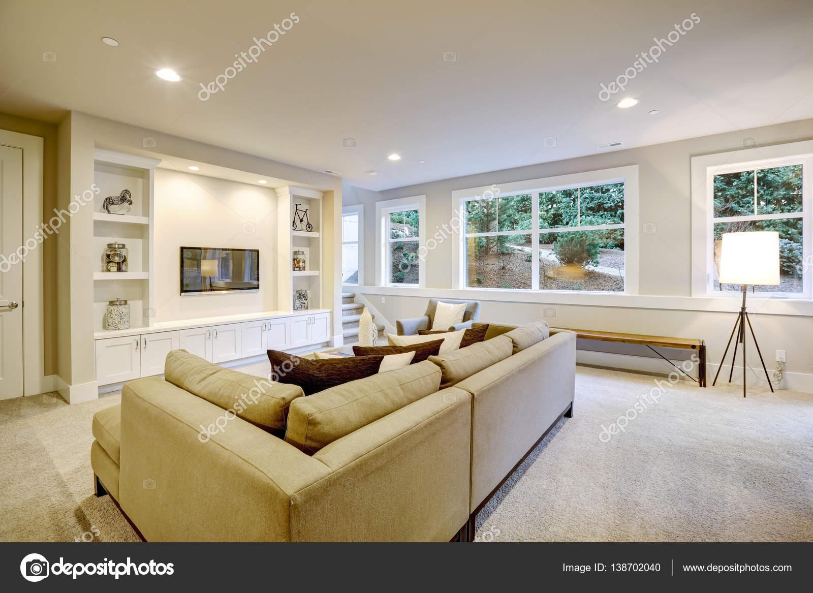 Chique woonkamer interieur in natuurlijke kleuren — Stockfoto ...