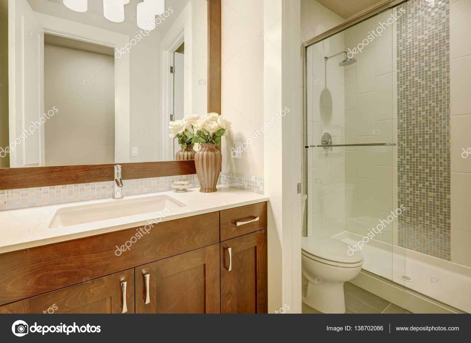 Bianca e pulita bagno design nella casa nuova di zecca u foto