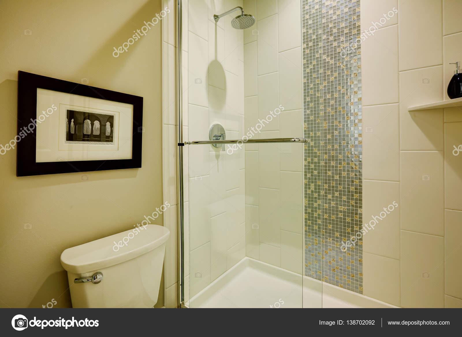 Cabina doccia in vetro in un bagno della casa nuova di for Un bagno in cabina
