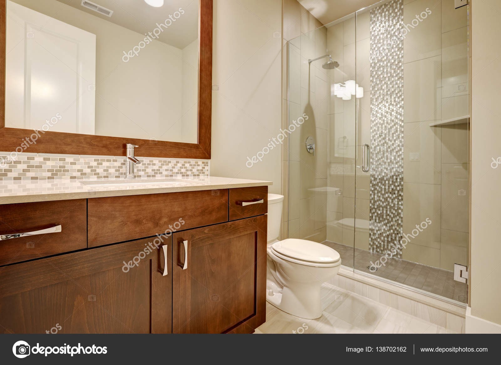 Glazen inloopdouche in een badkamer van gloednieuwe huis u2014 stockfoto