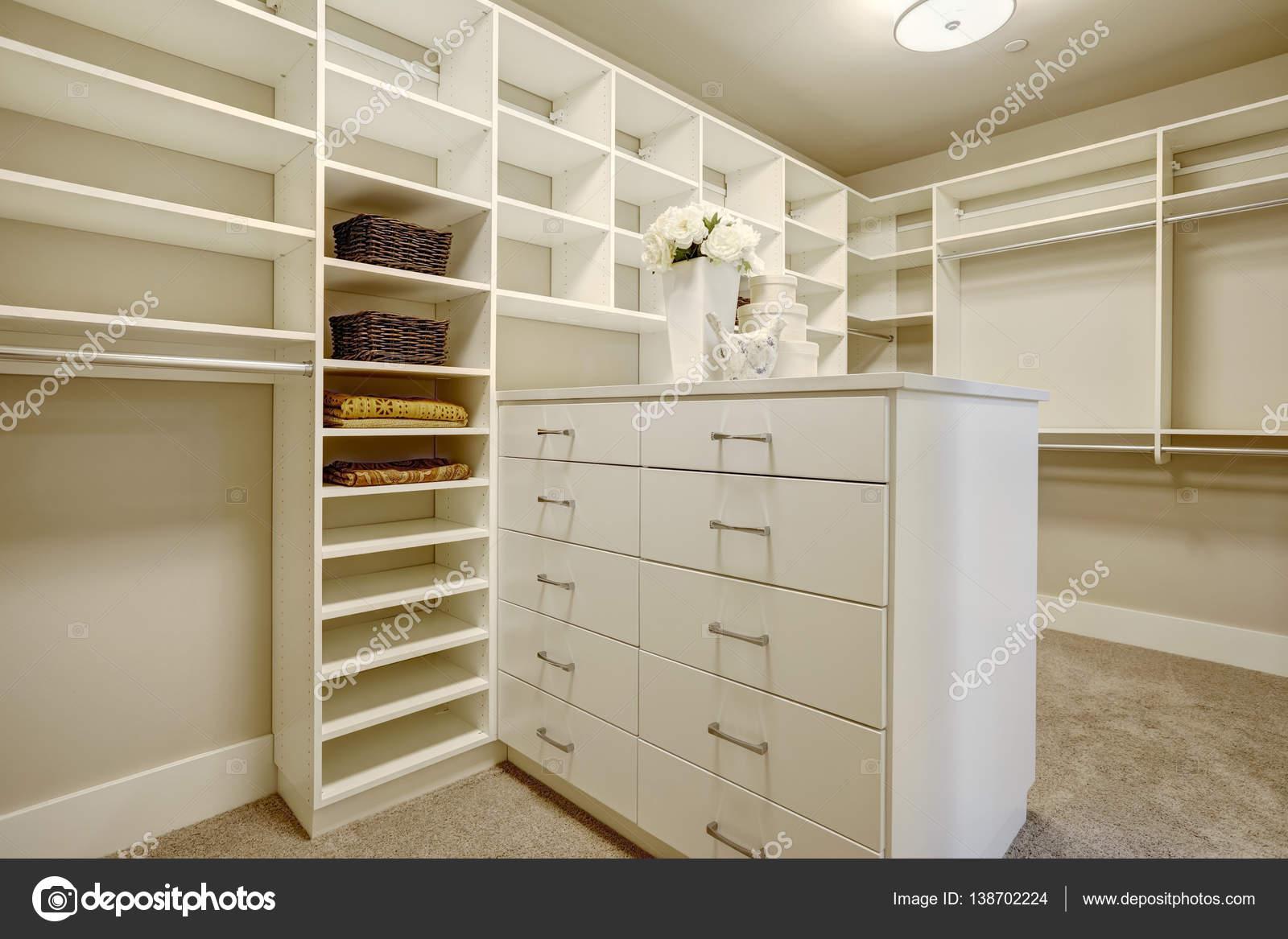 Cabine Armadio Enormi : Enorme cabina armadio con ripiani cassetti e scarpiere u2014 foto stock