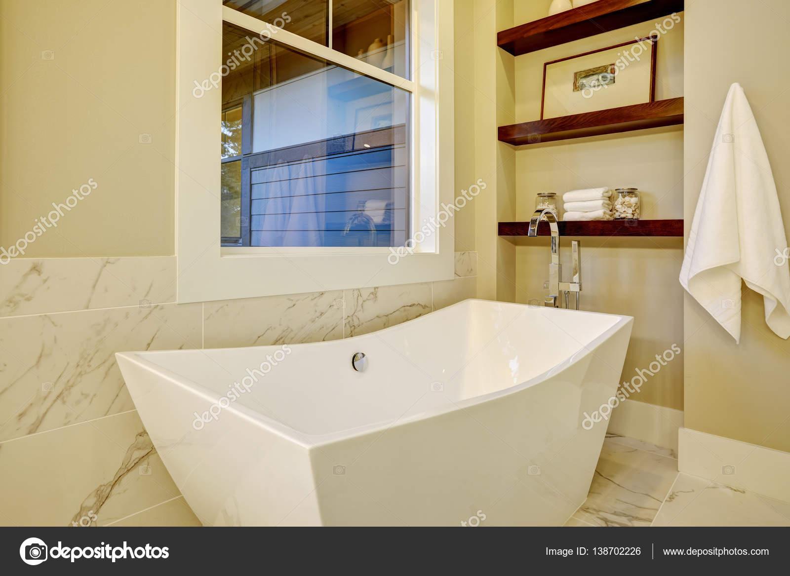 Rechthoekig Ontwerp Badkamer : Hoekje van de verfijnde badkamer met vrijstaand bad u2014 stockfoto