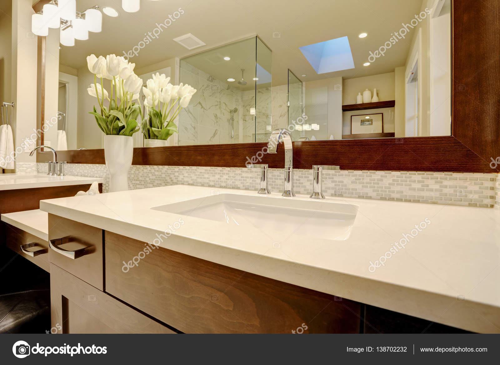 Splendido bagno padronale vanta lavandino doppio marrone scuro ...