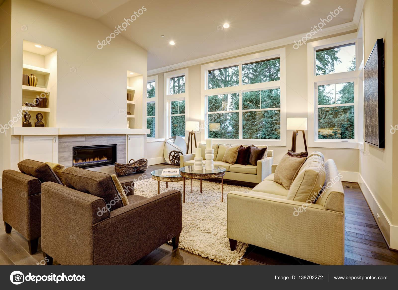 Design elegante soggiorno luminoso con pavimenti scuri for Soggiorno elegante