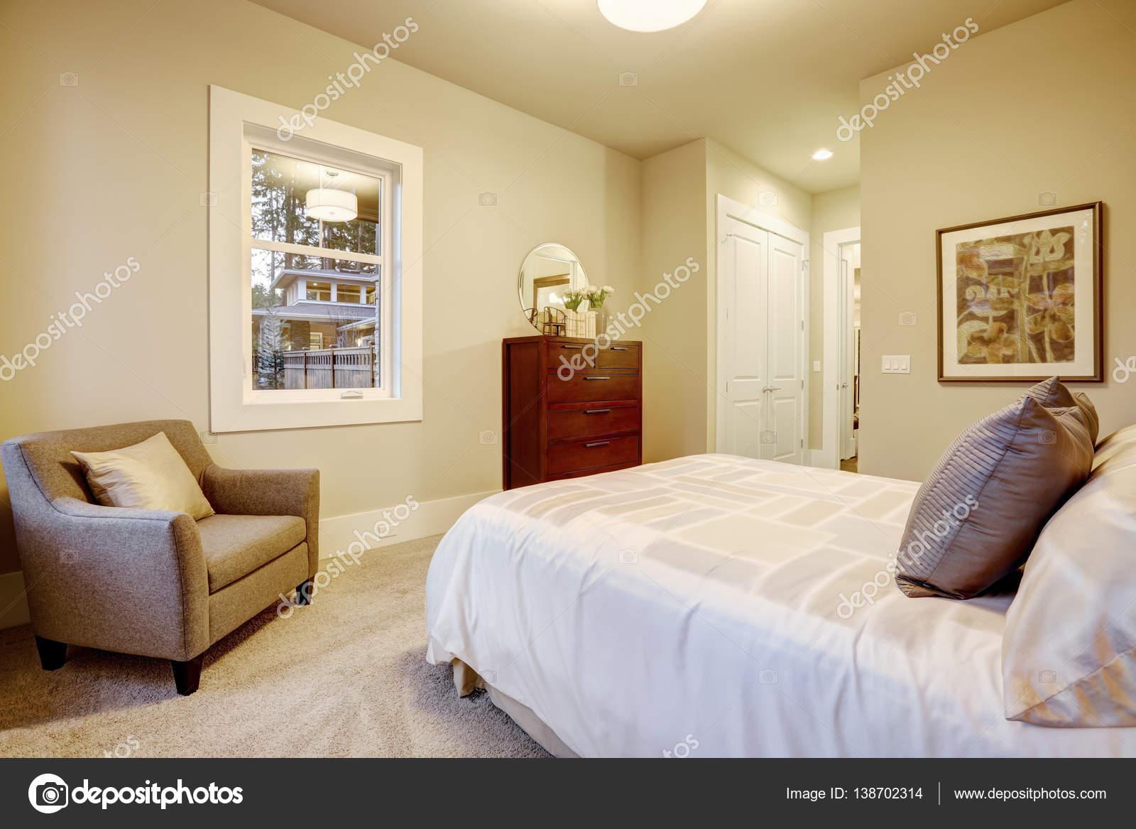 natuurlijke kleuren slaapkamer interieur met queensize bed stockfoto