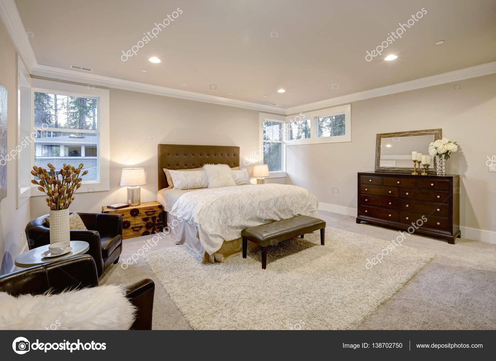 Hálószobába bézs és barna büszkélkedik tűzött Queen-méretű ággyal ...