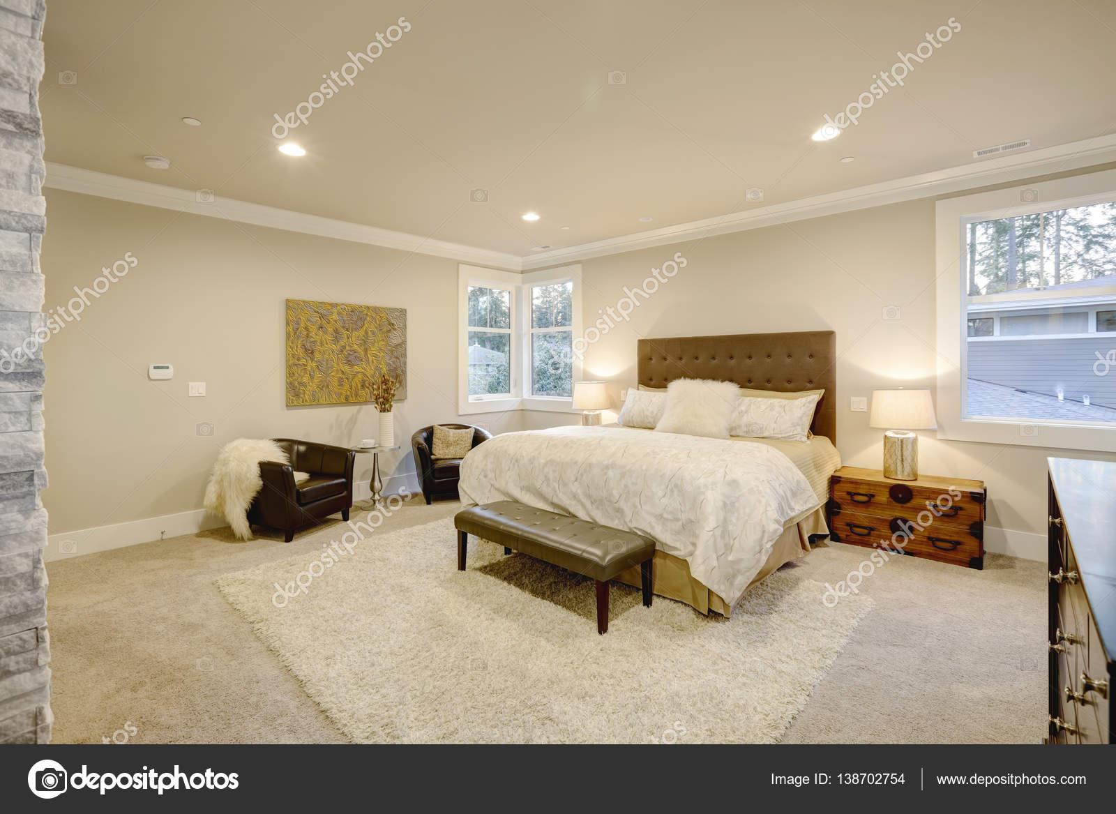 Beige und braun-Master-Schlafzimmer verfügt über getuftet Queensize ...
