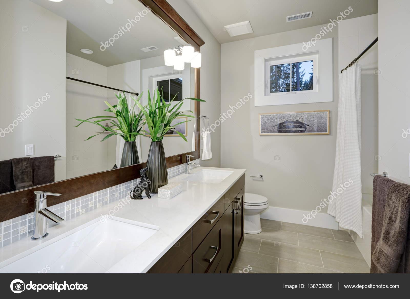 Witte en bruine badkamer design in gloednieuwe huis — Stockfoto ...
