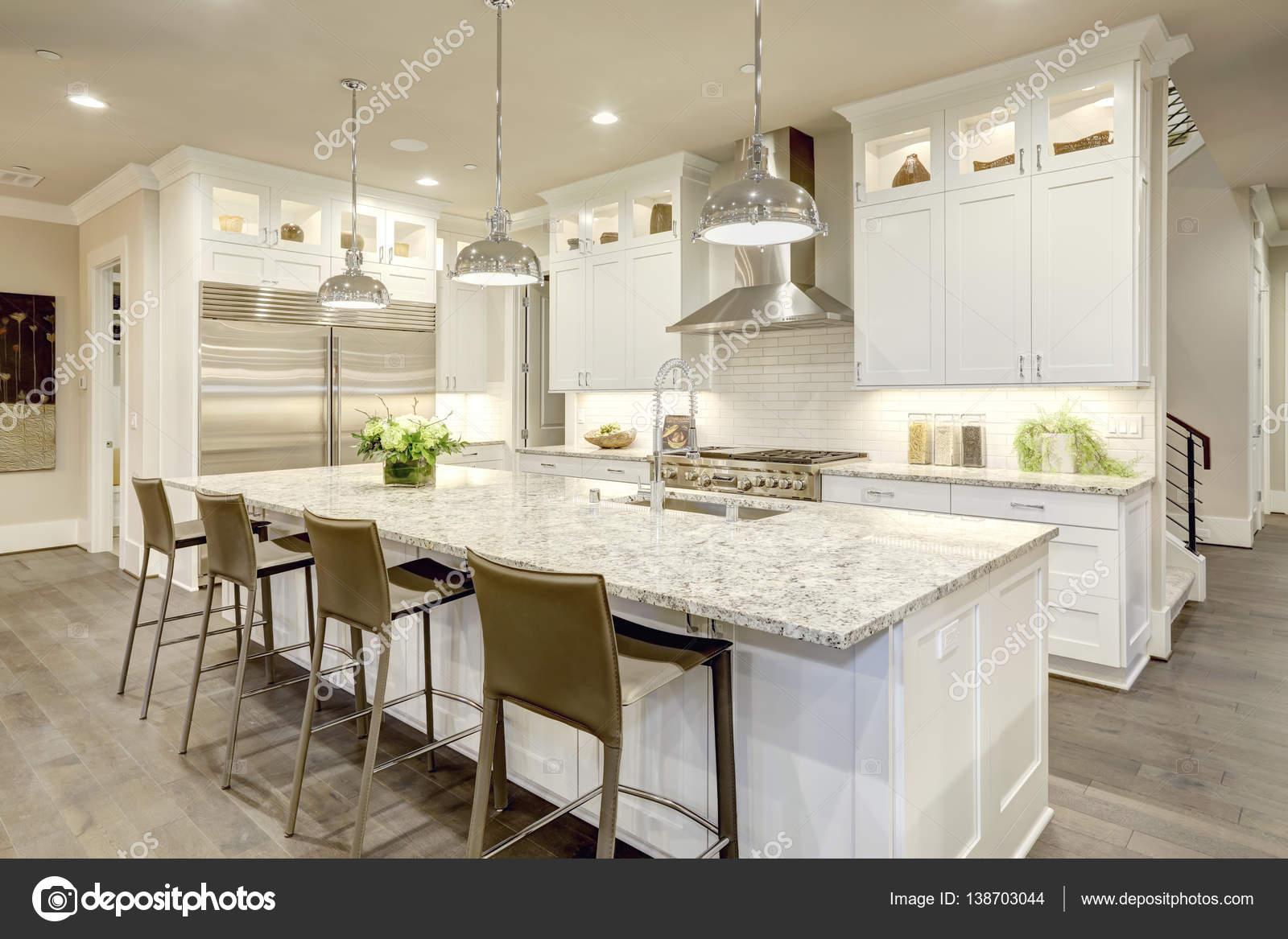 Diseño de cocina blanco en casa de lujo nueva — Foto de stock ...