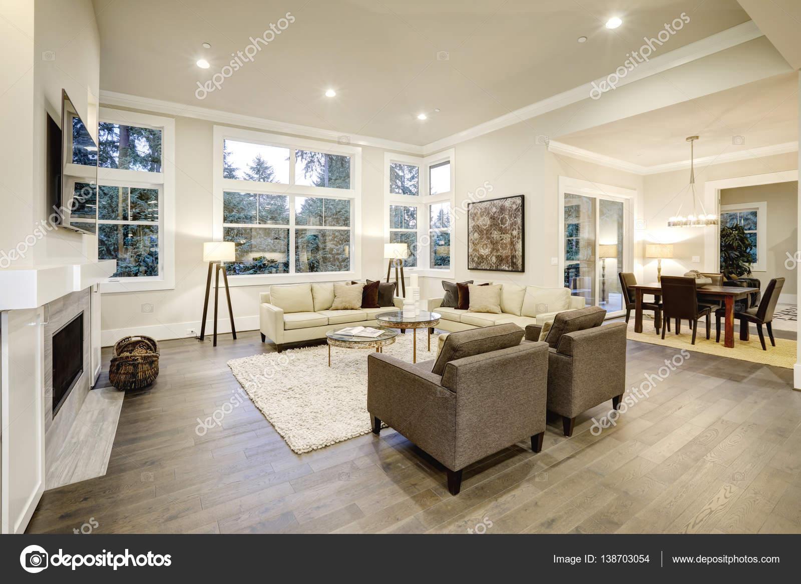 Chique lichte woonkamer design met donkere vloeren — Stockfoto ...