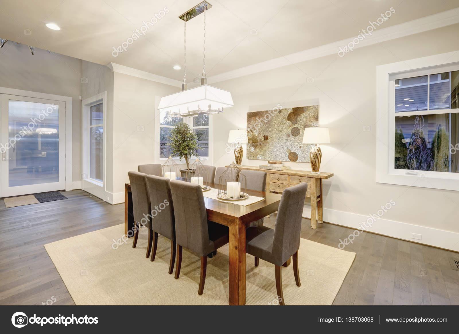 Prachtige eetkamer met rechthoekige tuinset grijs u stockfoto