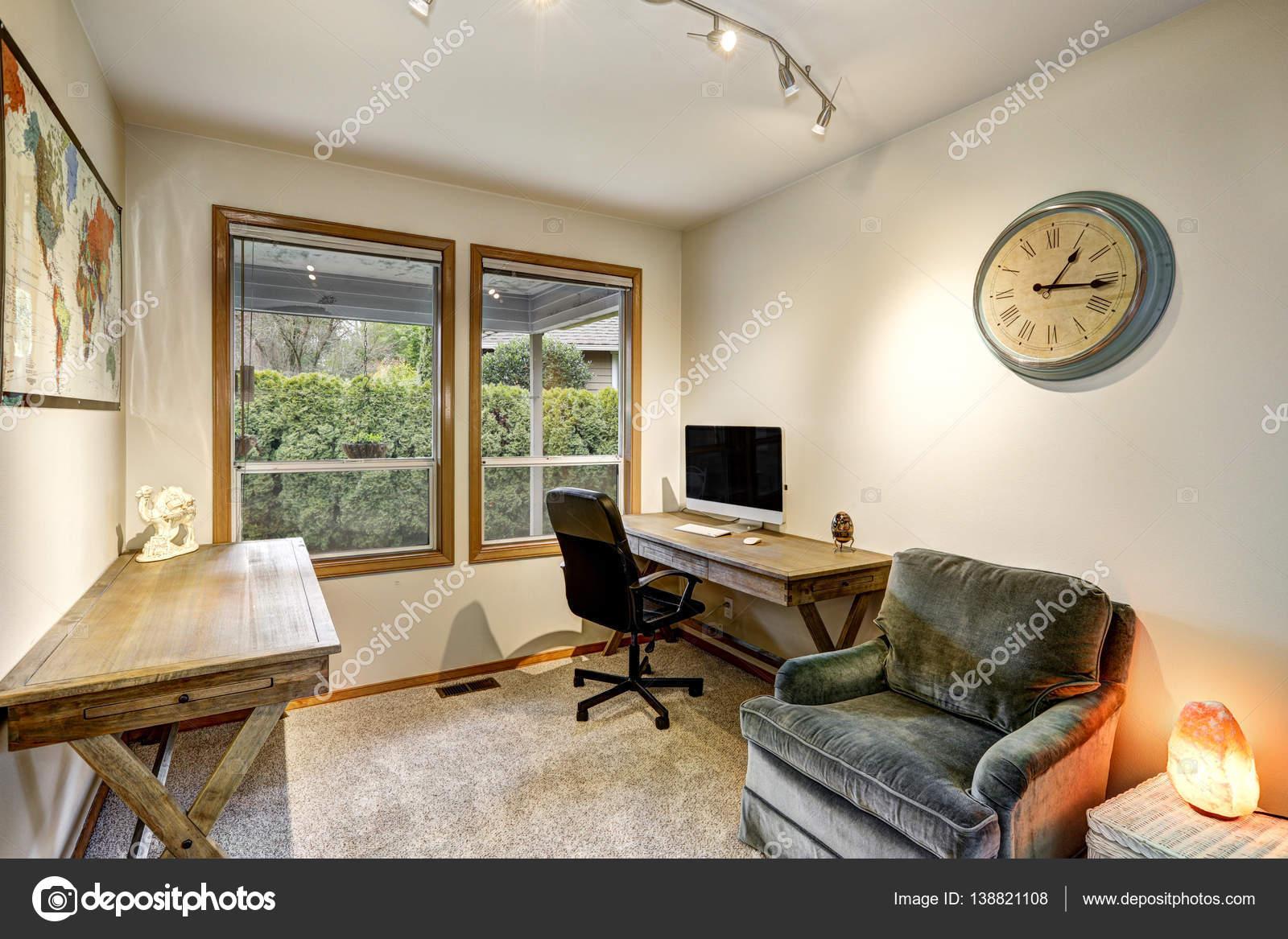 grijs en beige kantoor aan huis interieur stockfoto