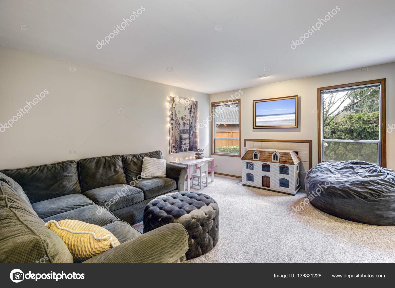 Semleges nappali belső szürke sarok kanapé — Stock Fotó ...