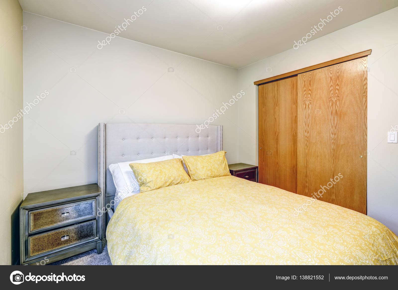 Beige slaapkamer interieur functies gele bed — Stockfoto © iriana88w ...