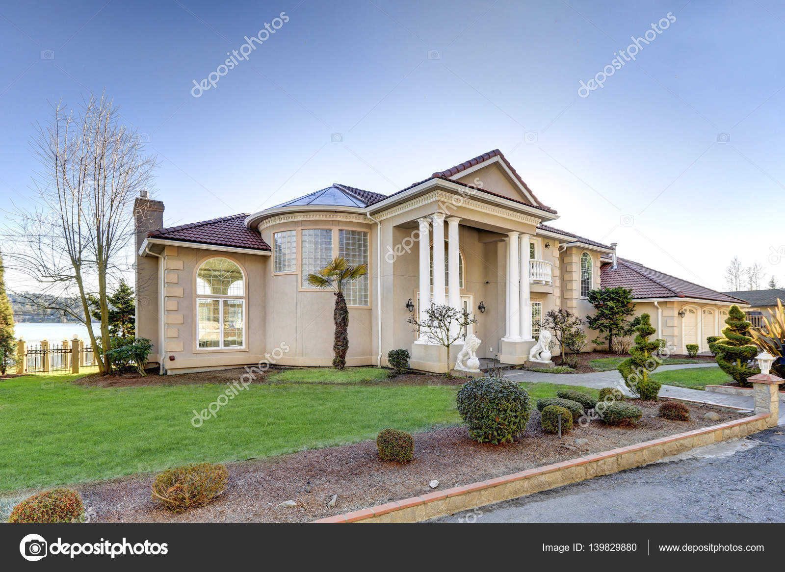 casa con paredes de estuco y columnas porche frente al mar mediterrneo u foto de stock