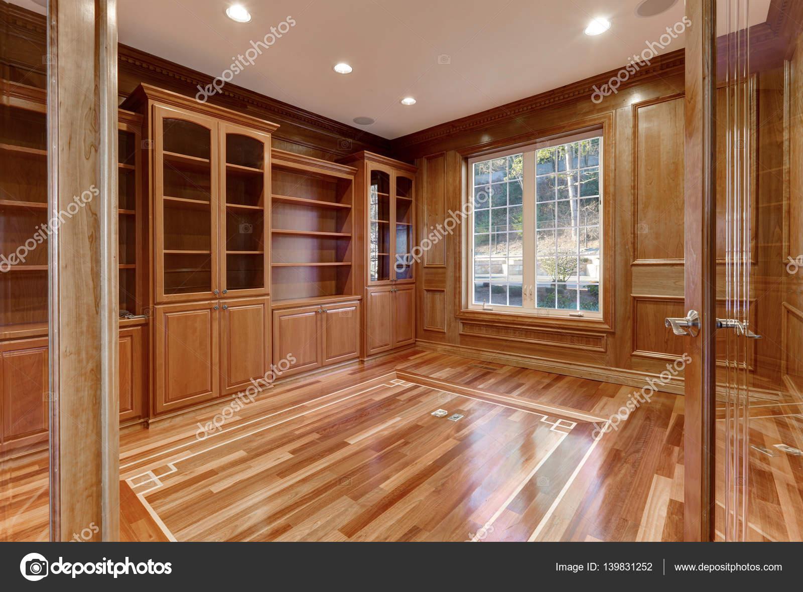 houten interieur van lege ruimte in luxe huis stockfoto