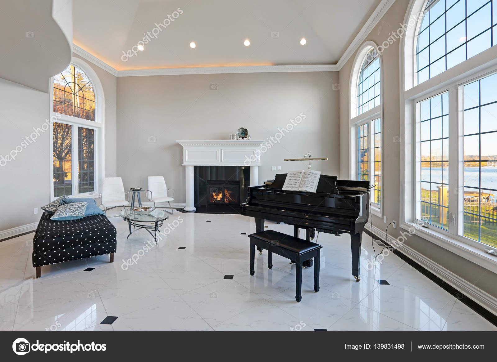 Luxe hoog plafond woonkamer met marmeren vloer — Stockfoto ...