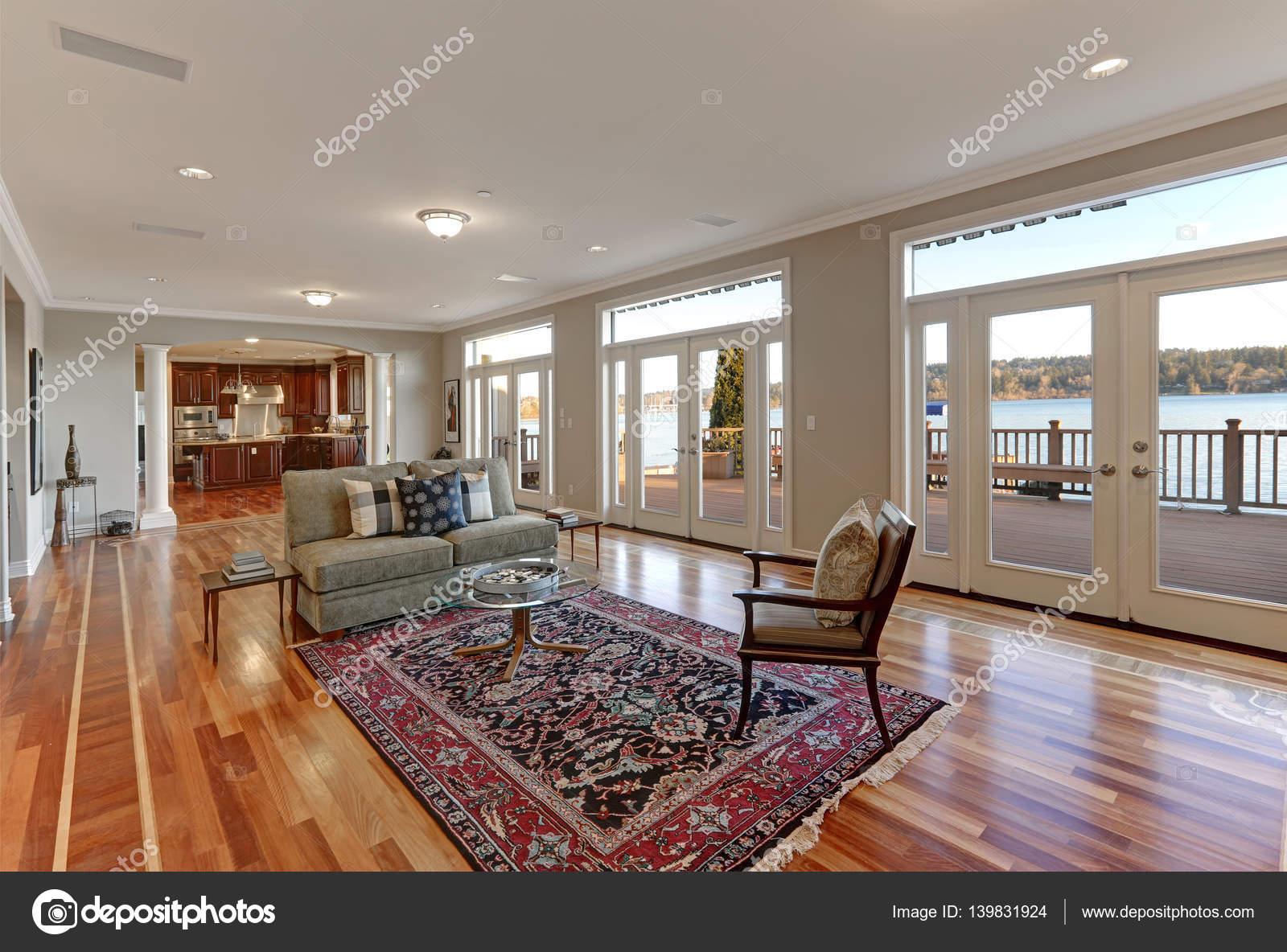 Luxuriöse geräumige Familienzimmer mit Wand aus Glastüren mit Blick ...