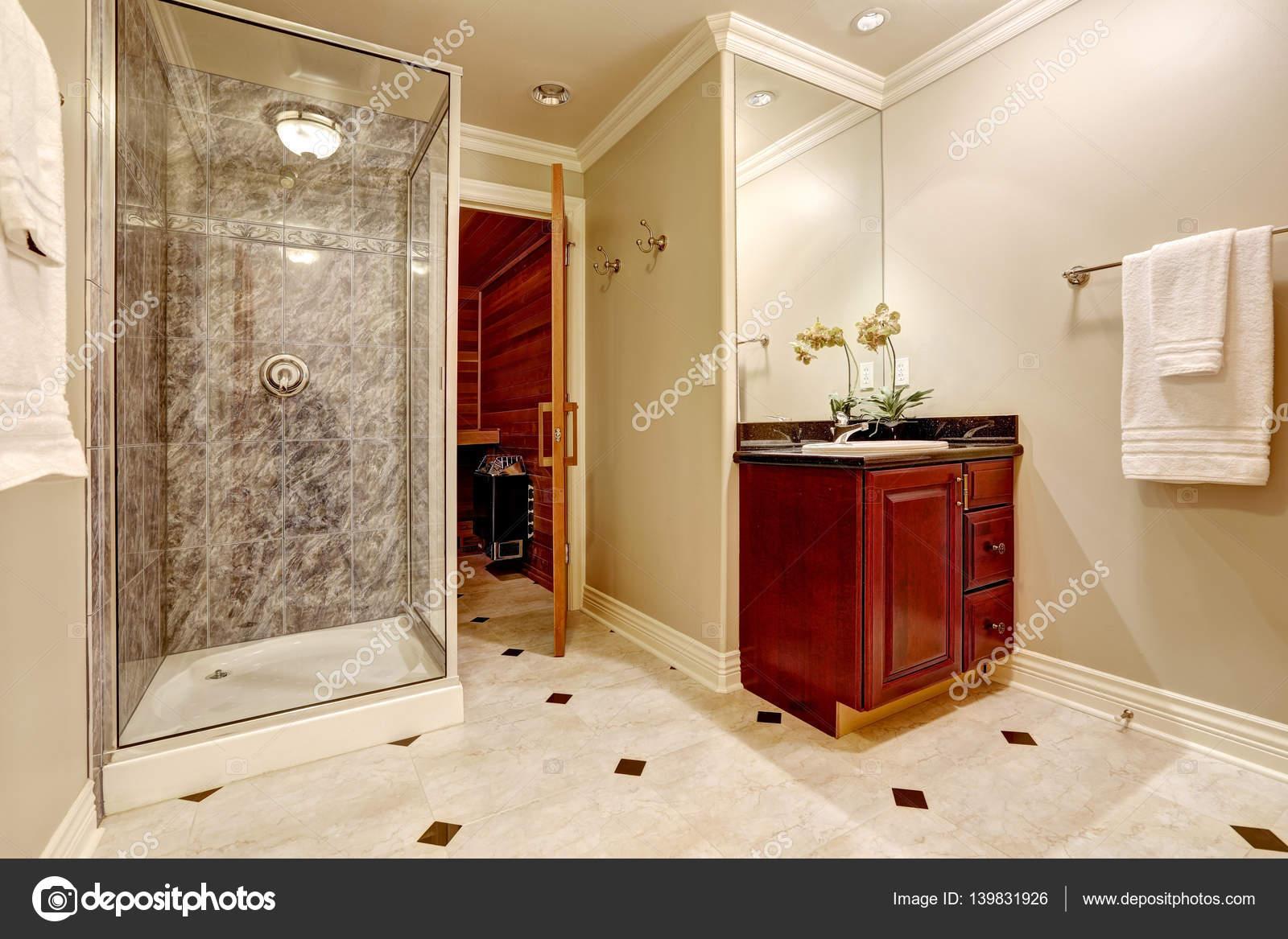 Interieur van de luxe badkamer met sauna — Stockfoto © iriana88w ...