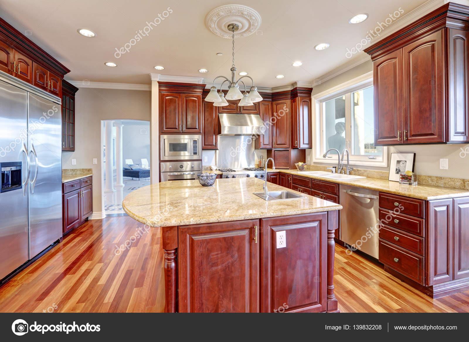 Congratulando Se Cozinha Com Ilha De Cozinha Grande Stock Photo