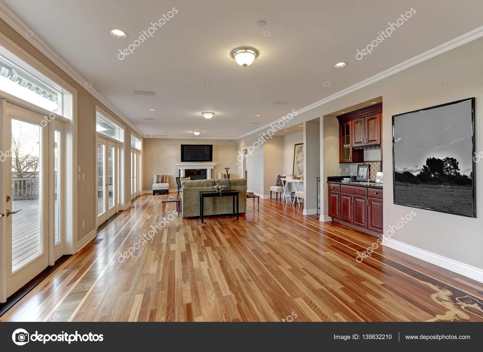 Geräumiges Familienzimmer Design mit Bartresen — Stockfoto ...