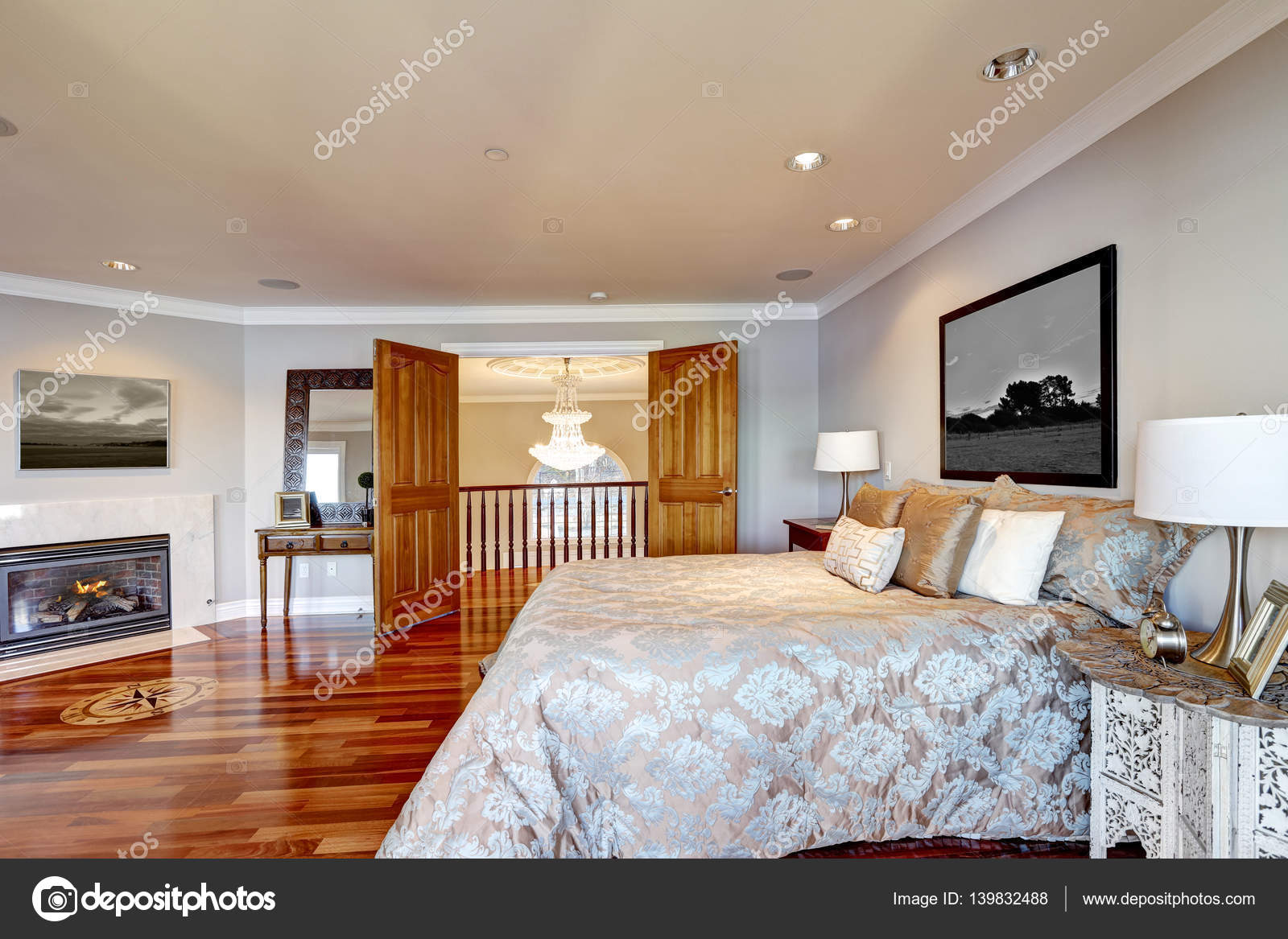 Slaapkamer Blauw Verven : Chique master slaapkamer interieur met open haard u stockfoto