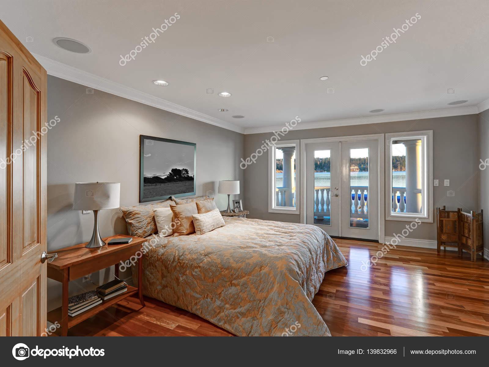 Camera Da Letto Grigio Chiaro : Interno chic master camera da letto con balcone privato u foto