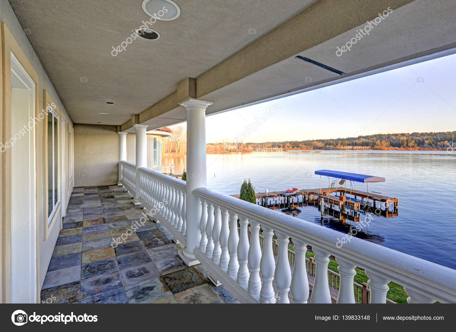 Balkon Tegels Steen : Balkon met stenen vloer en witte kolommen weergave u2014 stockfoto