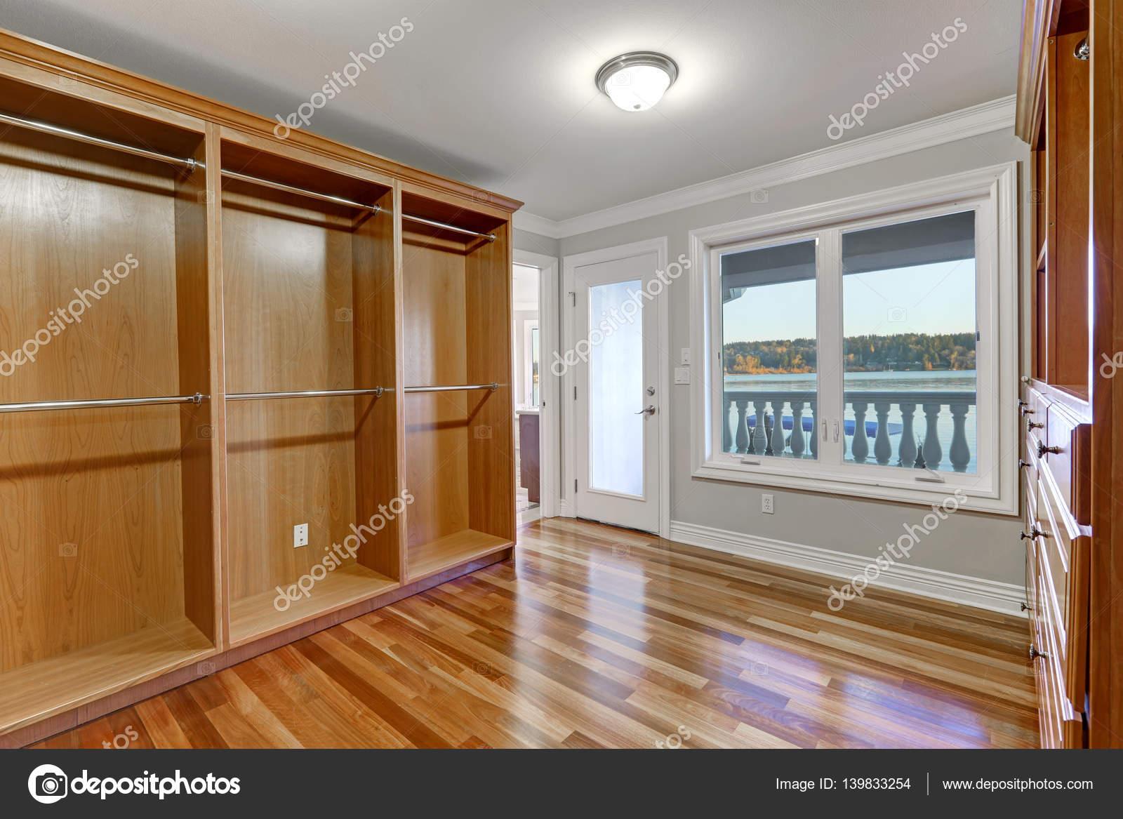 Vloer Voor Balkon : Lege inloopkast met hardhouten vloer en deur naar balkon