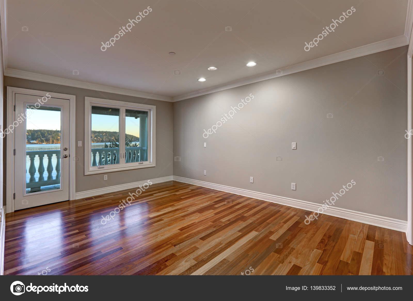 Quarto vazio com piso de madeira e porta para varanda - Piso porta 2000 ...