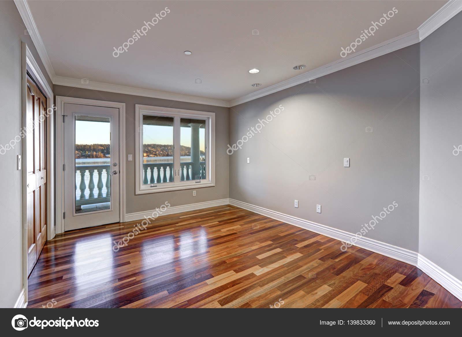 Vloer Voor Balkon : Lege ruimte met hardhouten vloer en deur naar balkon u stockfoto