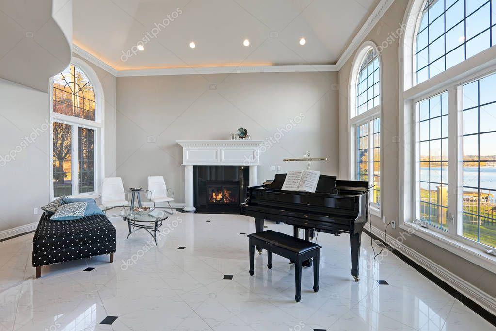 Soffitto alto in salone con pavimento in marmo di lusso — Foto Stock © iriana88w #139831498