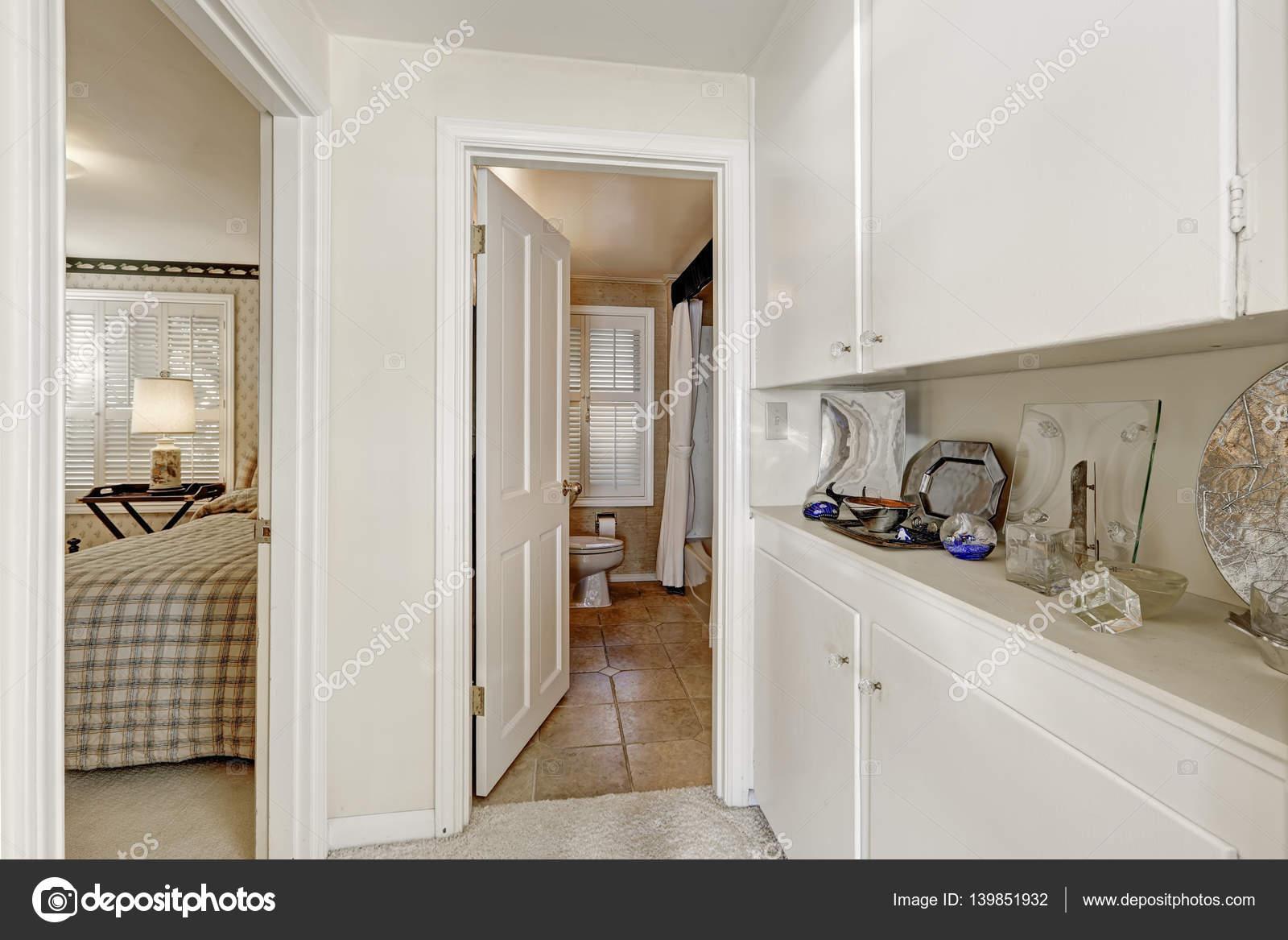 Witte hal met kasten leiden tot een slaapkamer en een badkamer ...