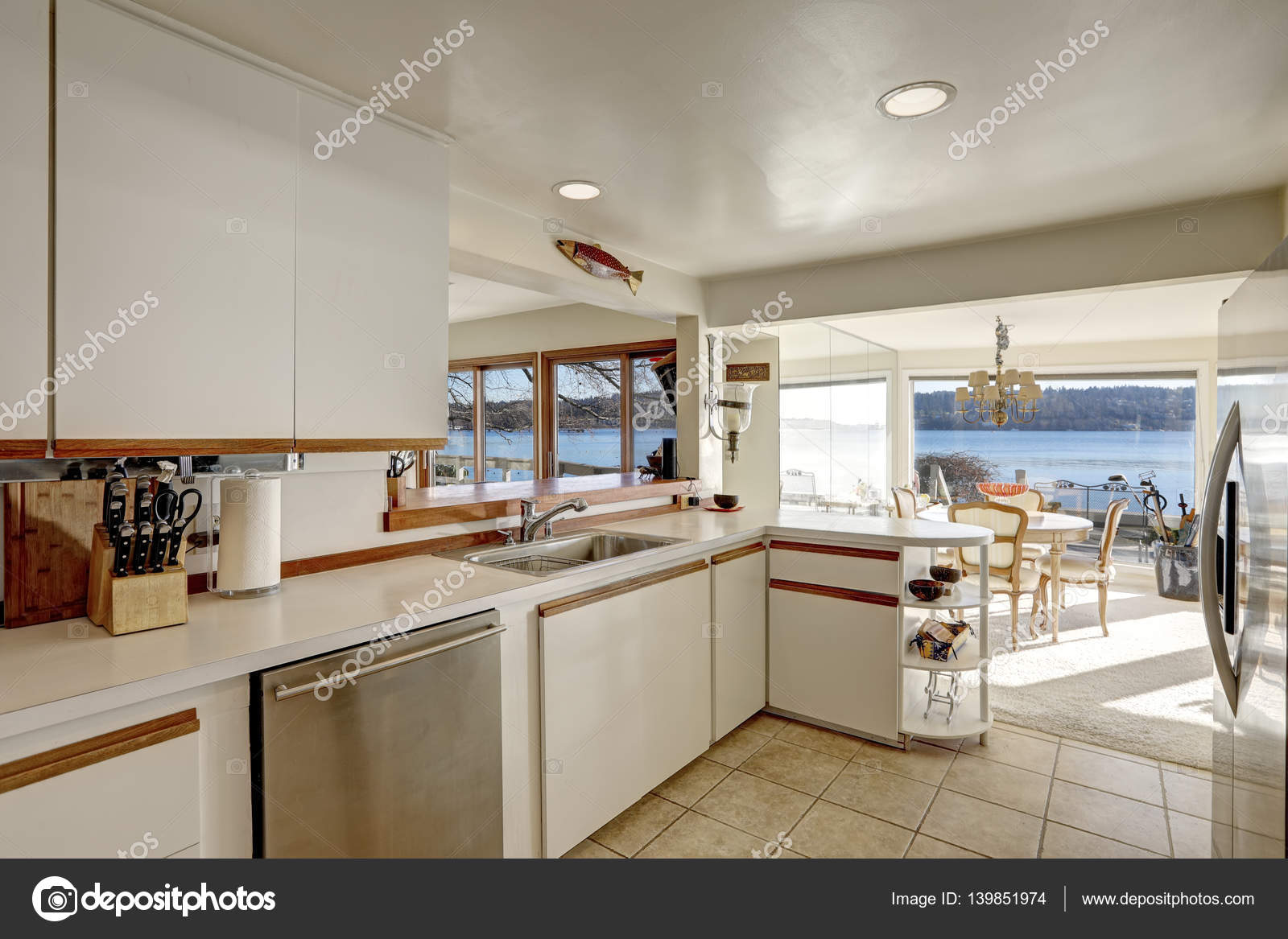 Compacto Cocina Comedor Con Muebles Blancos Foto De Stock  # Muebles Blancos