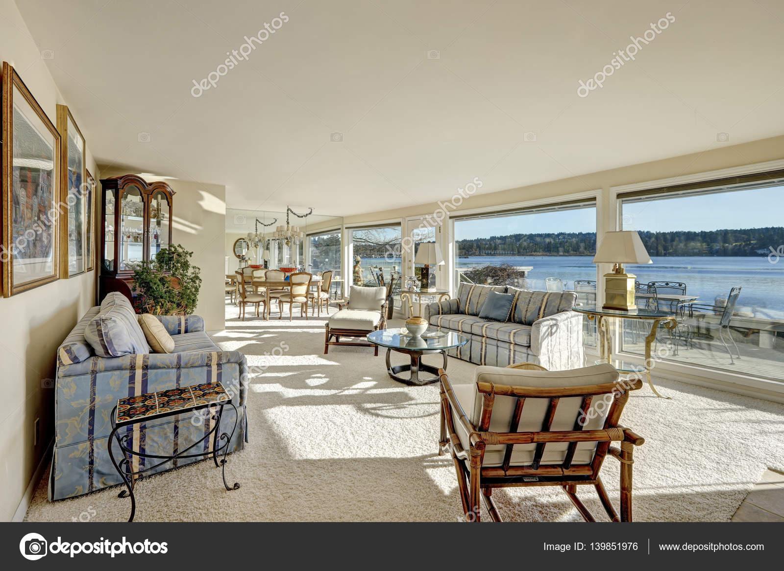 Behagliches Licht gefüllt Familienzimmer mit einer Wand von Fenstern ...