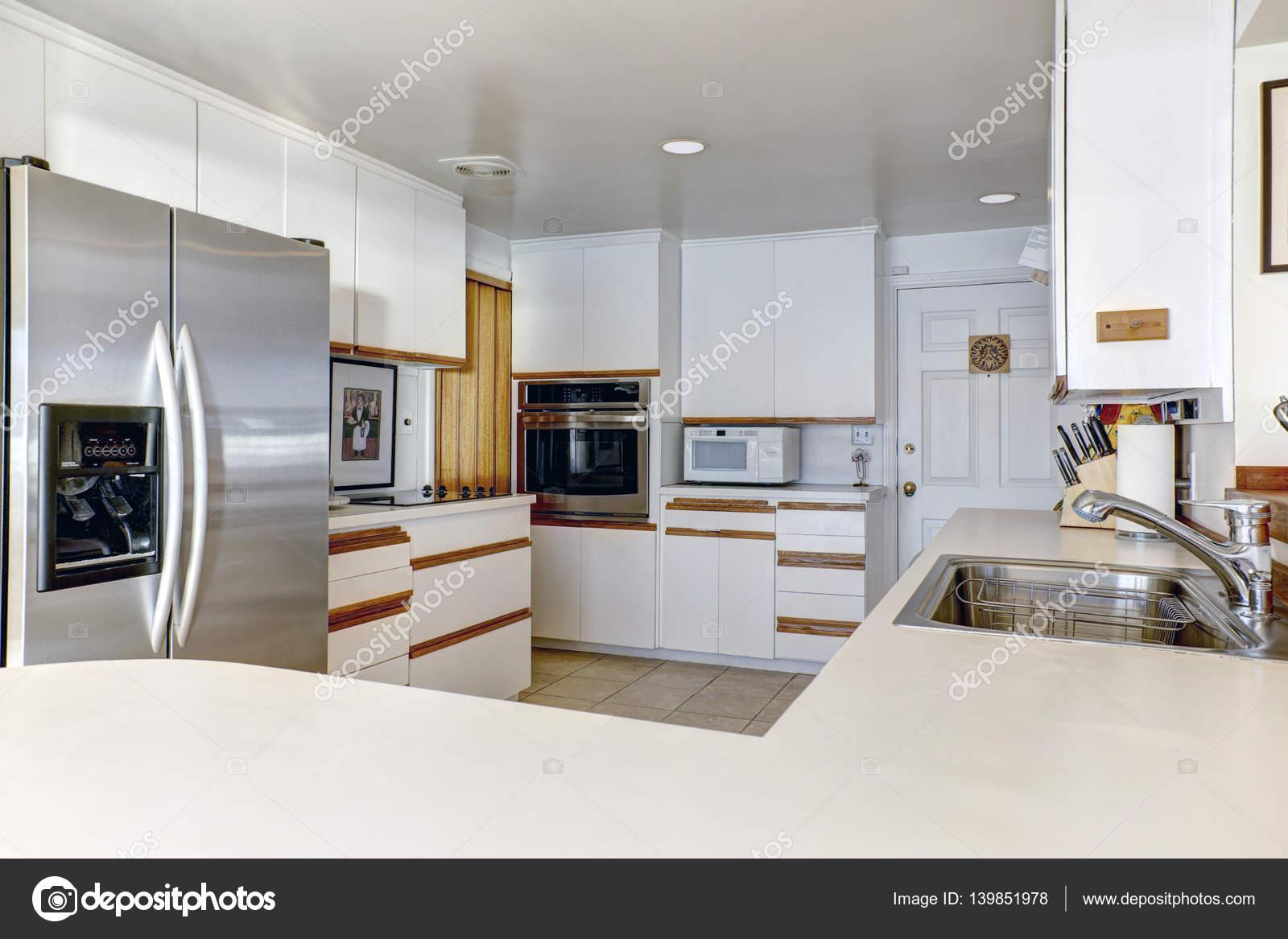 화이트 cabinetry와 소형 부엌 방 — 스톡 사진 © iriana88w #139851978