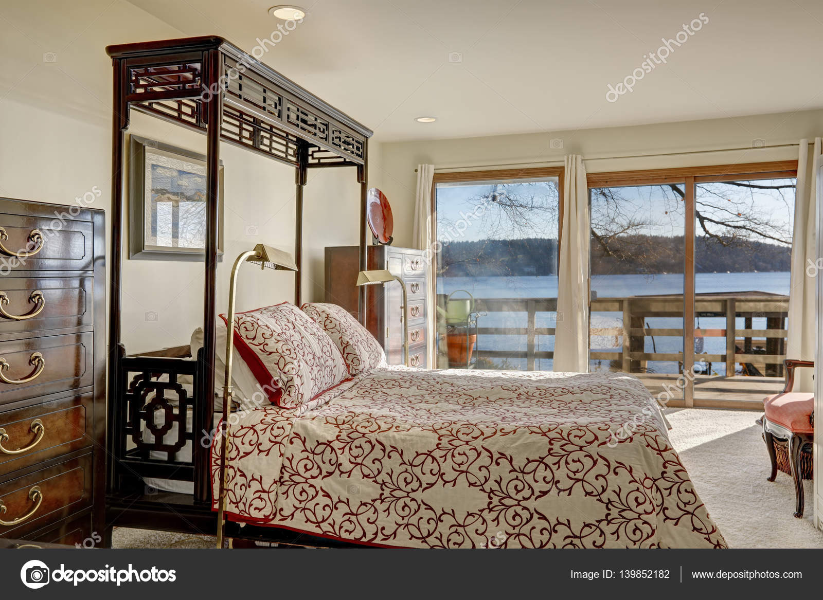 Chambre à coucher maison front de mer possède lit baldaquin king ...