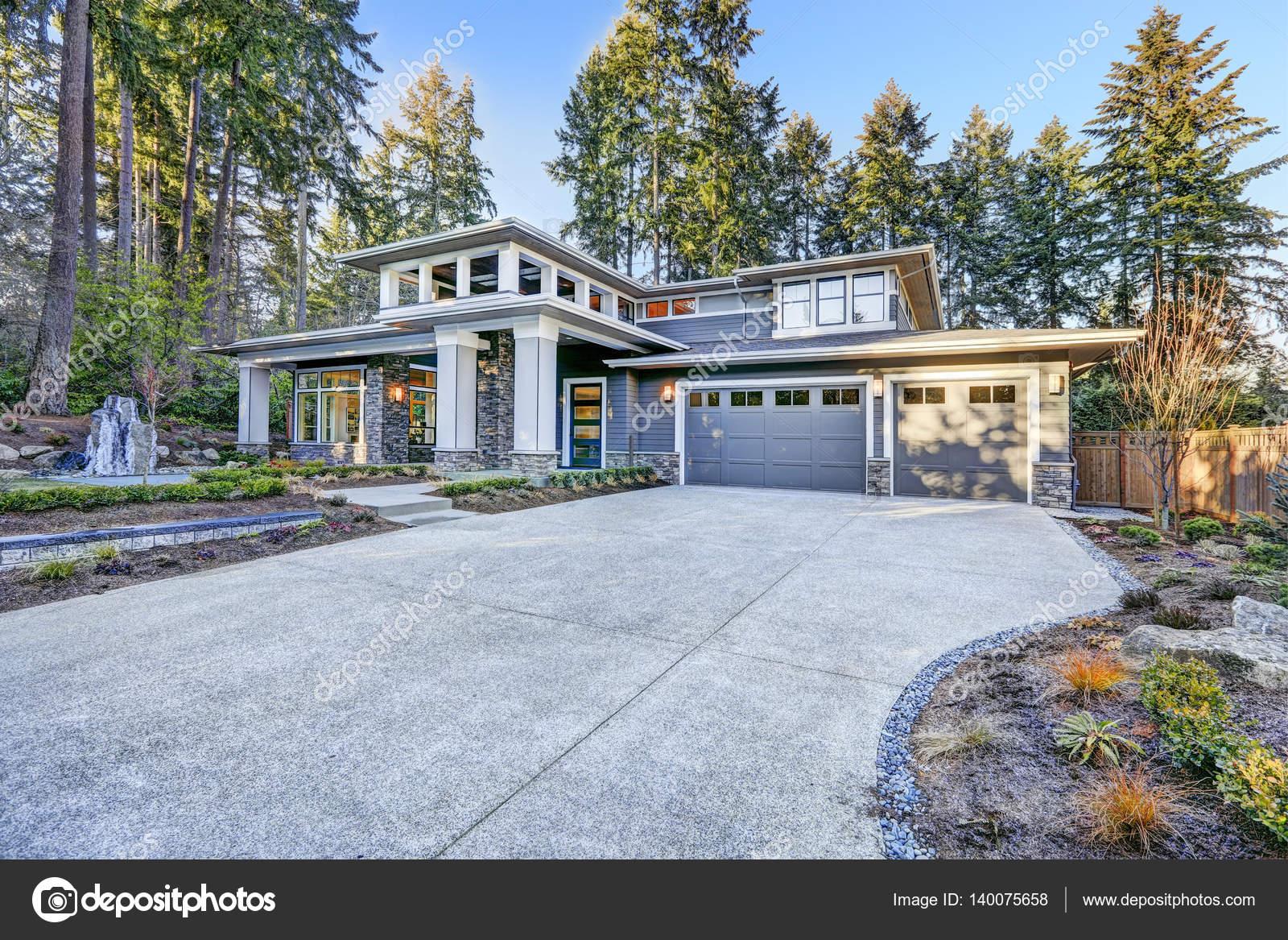 Luxuriöse neue Bau Haus außen — Stockfoto © iriana88w #140075658