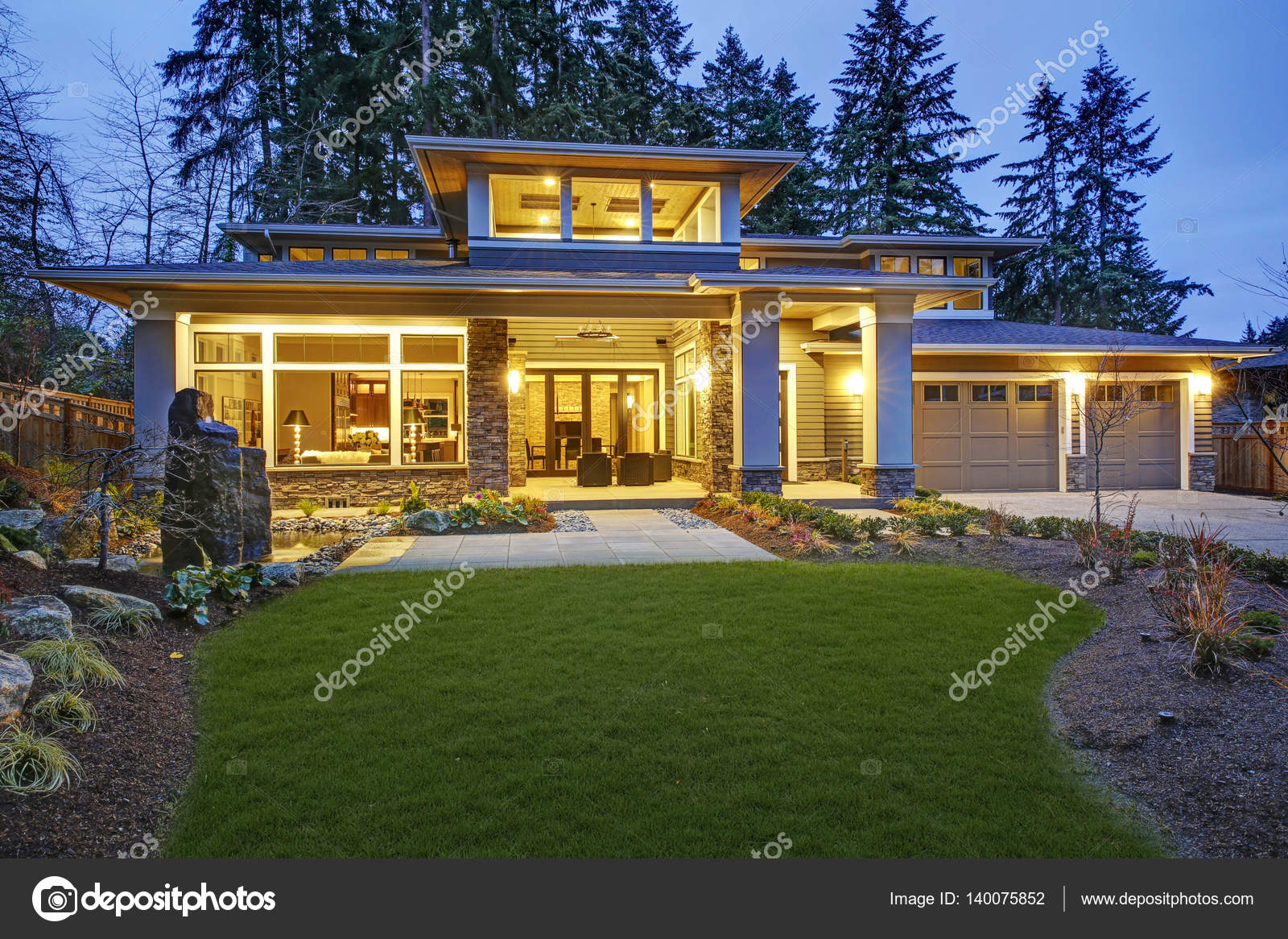 Luxuriöse neue Bau Haus außen — Stockfoto © iriana88w #140075852