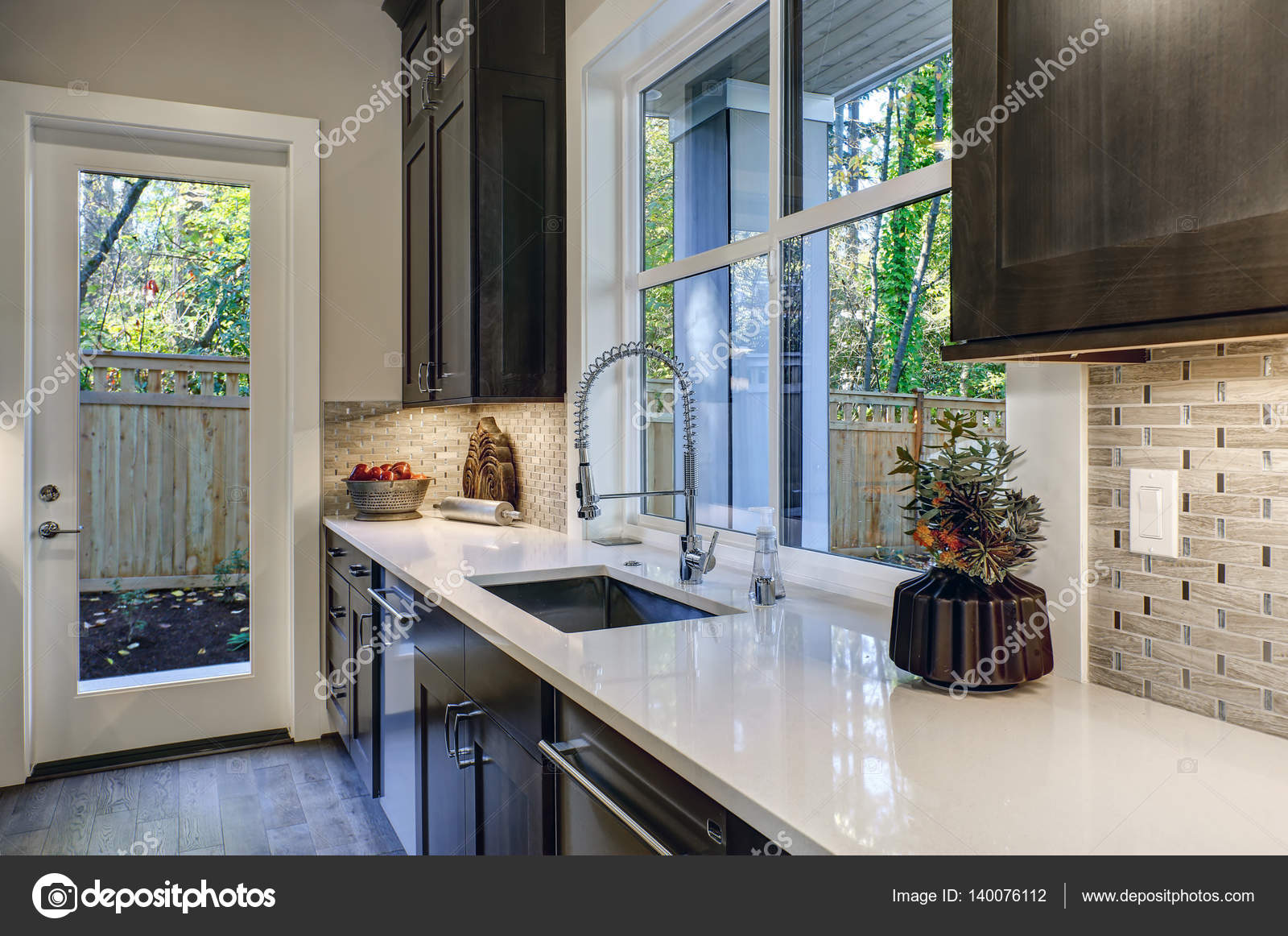 Design contemporaneo cucina con armadi da cucina marrone u foto