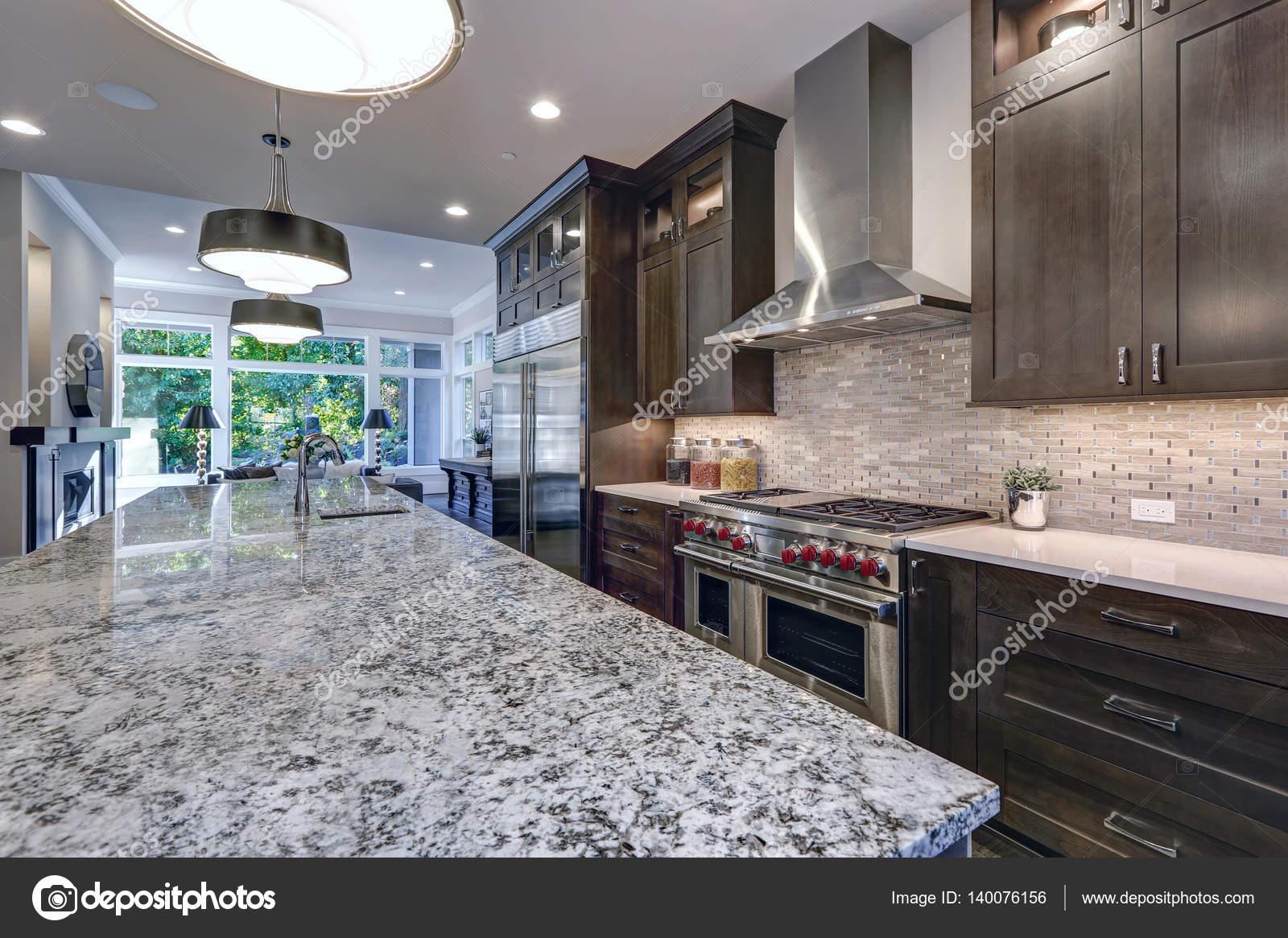 Moderne Küche mit braunen Küchenschränke — Stockfoto © iriana88w ...