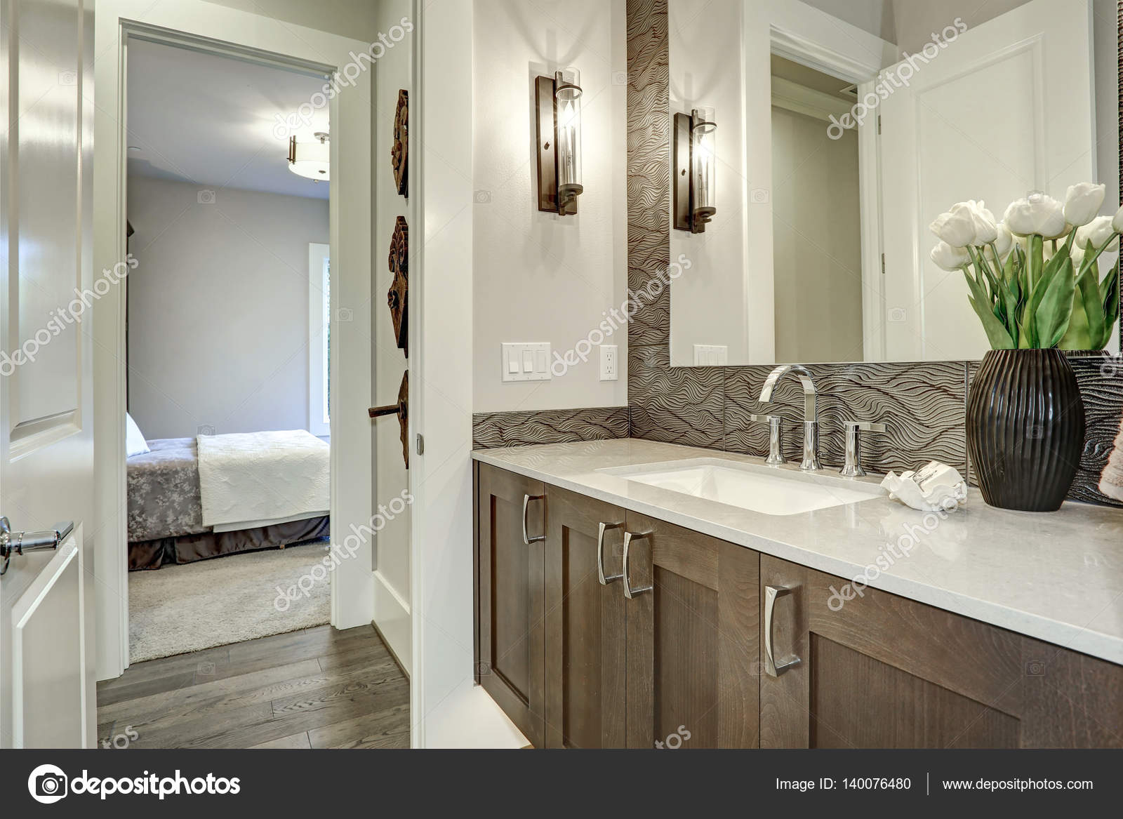 Witte en bruine badkamer beschikt over een hoekje gevuld met taupe ...