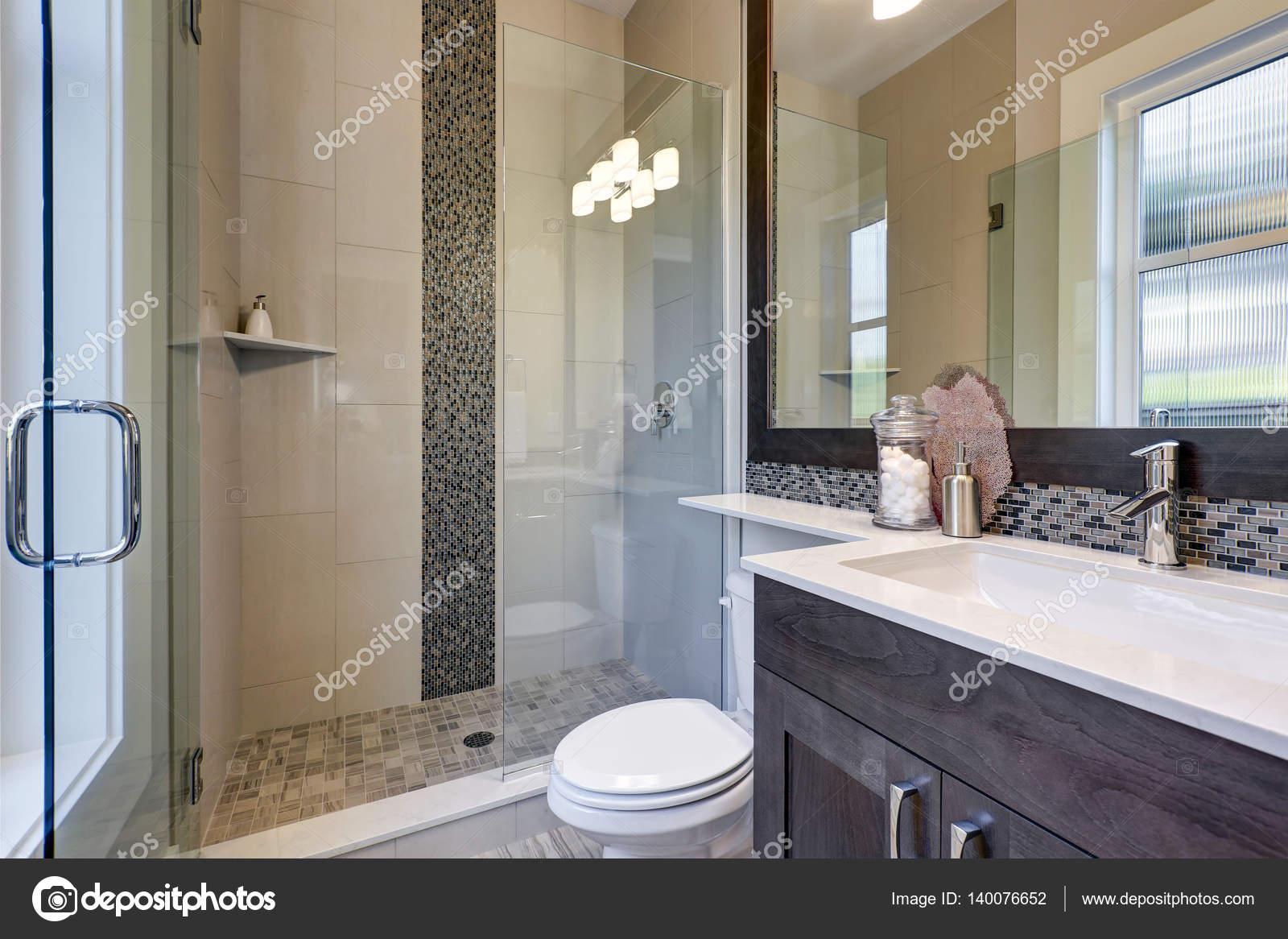 Interno bagno nuovo luminoso con vetro cabina doccia — Foto Stock ...