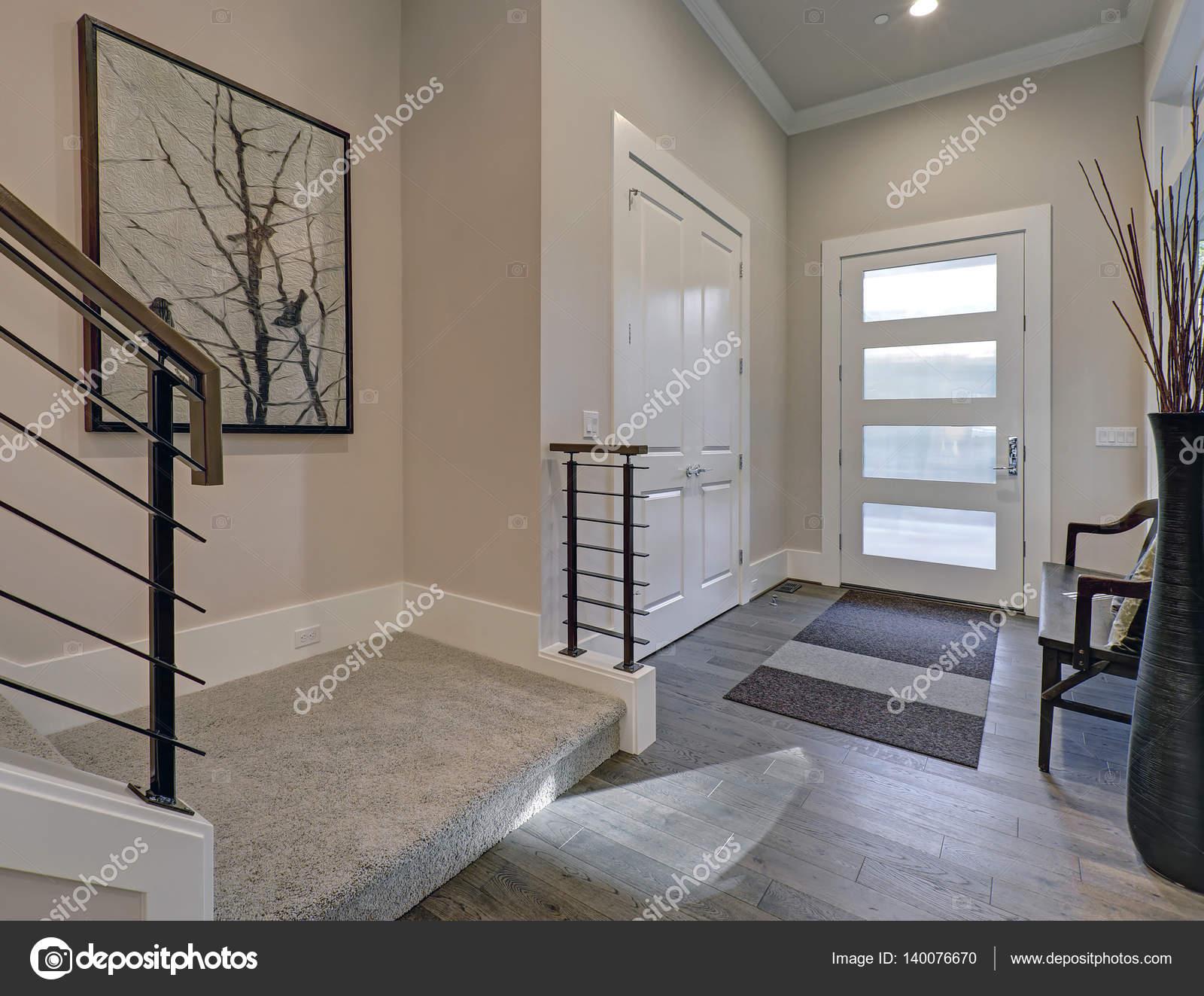 Fußboden Im Eingangsbereich ~ Hellen eingangsbereich mit cremigen wände und hartholz fußboden