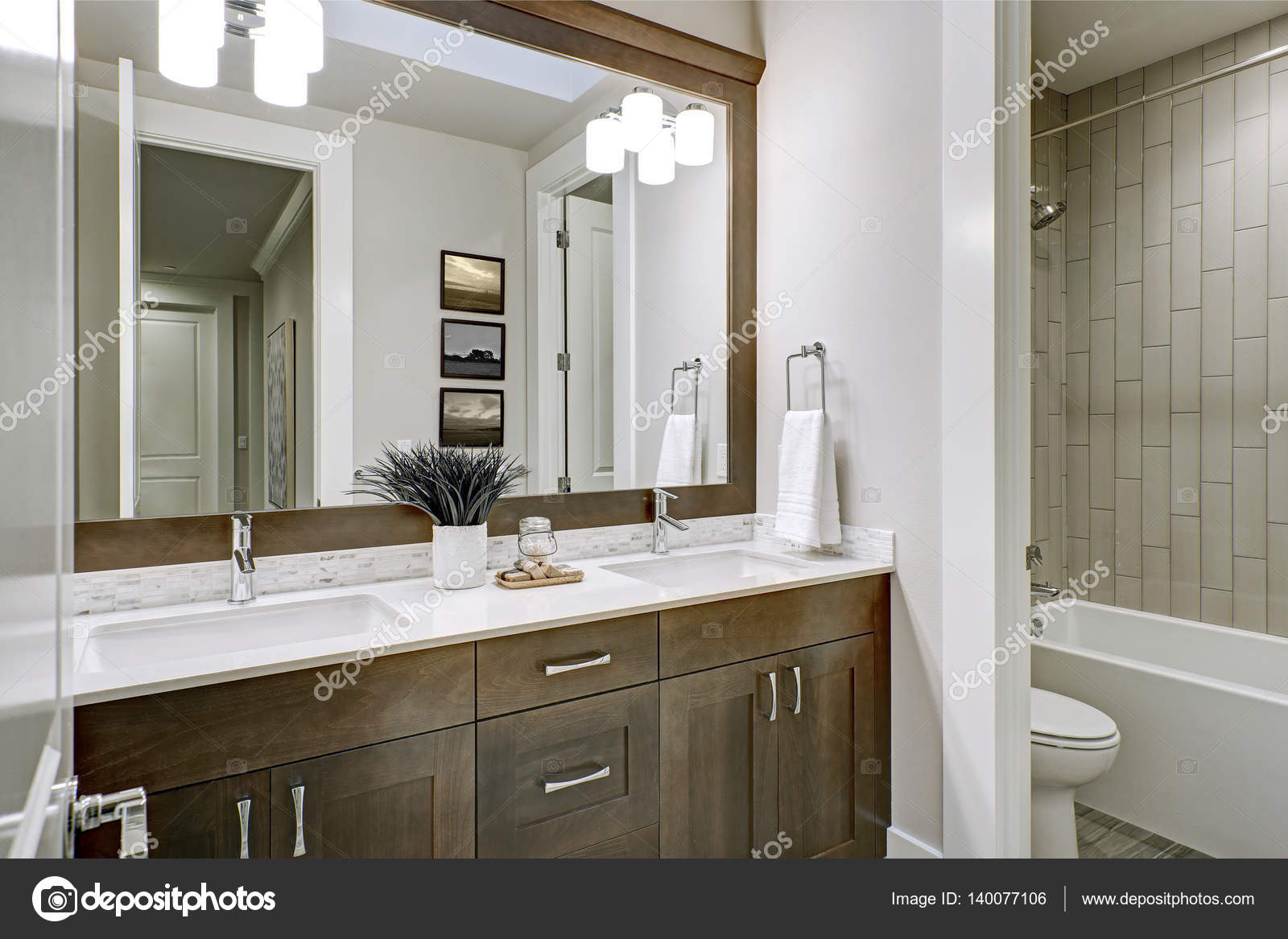 Białe I Brązowe łazienka Mieści Zakątek Wypełniony Dwuosobowy Vanity